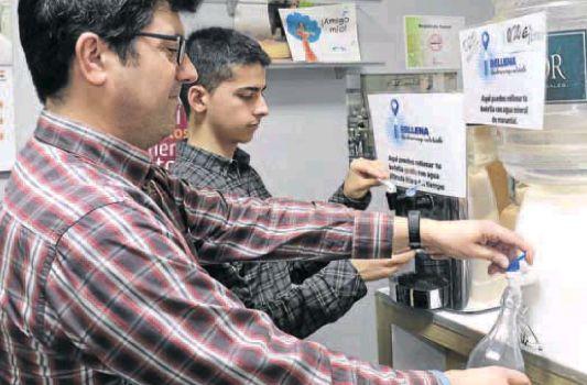 Una tienda vende agua a granel para concienciar sobre el uso de plásticos, El Norte de Castilla