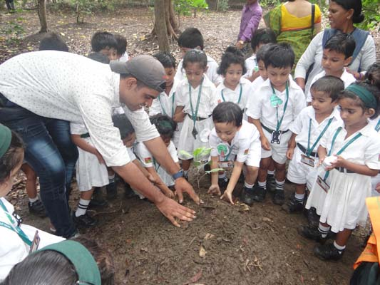 Tiny Tots and 'Grandpa' Sharan celebrate Trees at Taru Mitra – Fr. Robert Athickal SJ